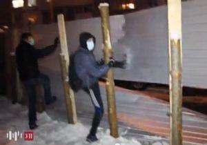 Около 150 людей в масках разгромили забор вокруг стройплощадки на Троещине
