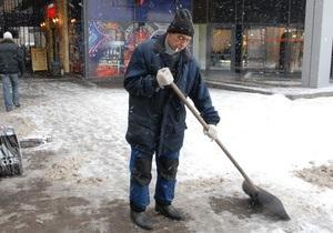 Азаров призвал украинцев убирать снег