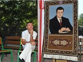 В Донецке портрет Януковича выткали на ковре
