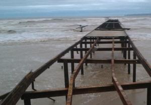 Шторм в Одессе сорвал в море бетонные плиты на пляже, а в Николаевской области затопил водопровод
