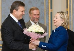 Янукович заверил Клинтон, что Украина продолжит сотрудничество с НАТО