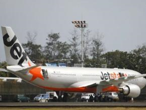 В австралийском аэропорту после посадки загорелся двигатель пассажирского самолета