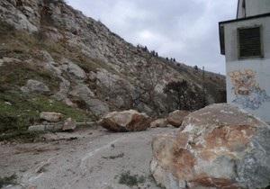 В центре Балаклавы произошел обвал горы: на дорогу рухнули камни