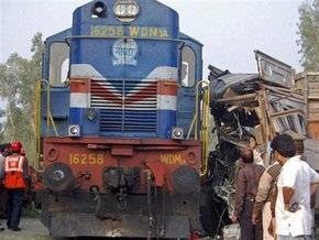 В Индии поезд столкнулся с грузовиком: погибли 16 человек