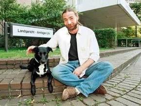 Суд оштрафовал немца, укусившего собаку
