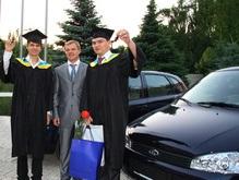 Компания «КОНТИ» подарила автомобили лучшим выпускникам