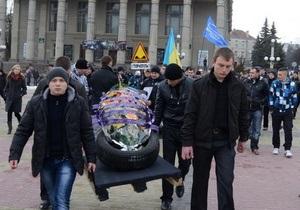 В Тернополе водители устроили  похороны колеса , протестуя против плохого состояния дорог