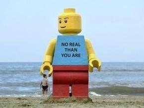 На британском пляже нашли гигантскую фигурку Lego