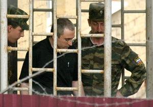 Ходорковский получил выговор за то, что угостил соседа пачкой сигарет