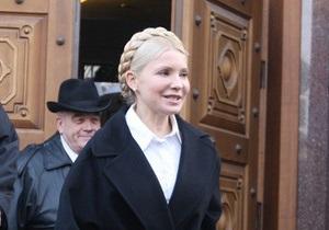 Тимошенко вышла из Генпрокуратуры: Янукович оказывает давление на следователей