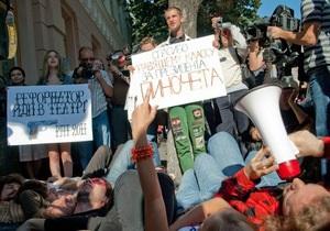 У здания Верховной Рады проходит лежачая акция протеста