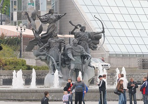 Неизвестный вылил в фонтан в центре Киева маслянистую жидкость
