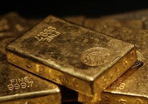 Мировые цены на золото снизились почти на 2%