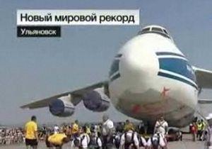 Восемь силачей сдвинули с места самый большой в мире самолет
