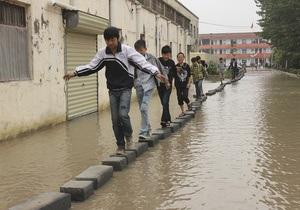 Число пострадавших в результате продолжительных ливней в Китае достигло 99 тысяч человек