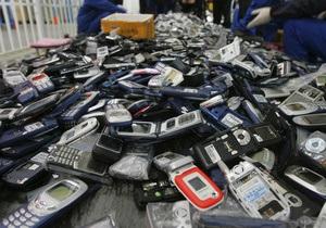 В Колумбии 11-летняя девочка пыталась пронести в тюрьму 74 мобильных телефона и пистолет