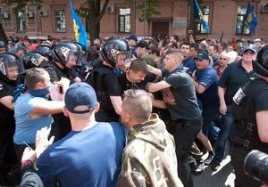 Журналисты и нардепы пикетируют здание МВД, требуя расследовать события 18 мая
