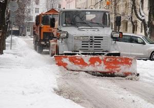 Коммунальщикам поручили за сутки убрать столичные дороги от снега