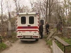 В Киеве на кладбище на пенсионеров упал памятник