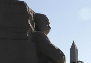 В США на памятнике Мартину Лютеру Кингу заменят надпись