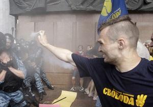 Подозреваемого в нападении на милиционера под Украинским домом отпустили под подписку о невыезде