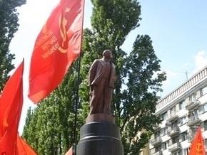 Власти разрешили коммунистам восстановить поврежденный памятник Ленину в Киеве
