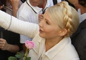 Тимошенко прибыла в суд с розой в руках