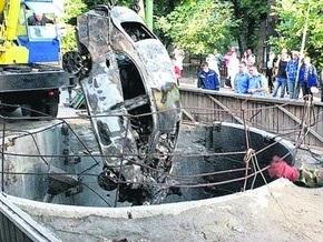 В центре Киева автомобиль провалился в коллектор и взорвался