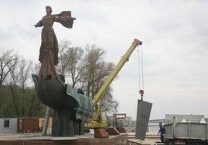 В Киеве установили первую отремонтированную фигуру памятника основателям города