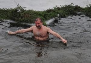 Балога со своими заместителями искупался в крещенской воде