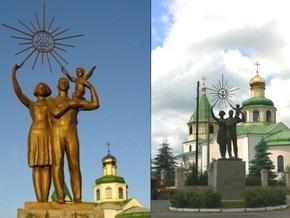 В одном из поселков Кировоградской области власти заменили тризуб на советские серп и молот