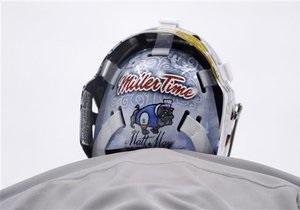 Голкиперов хоккейной сборной США заставили убрать надписи со шлемов за рекламу