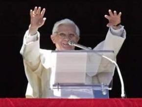 Папа Римский молится за женское достоинство