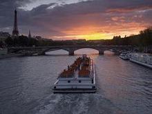 В Париже затонуло туристическое судно, врезавшись в мост