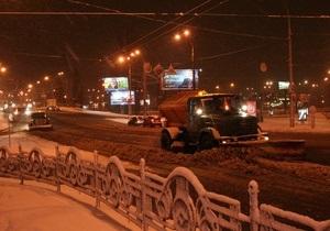 Снег в Киеве убирают семь тысяч коммунальщиков и более полутысячи единиц техники