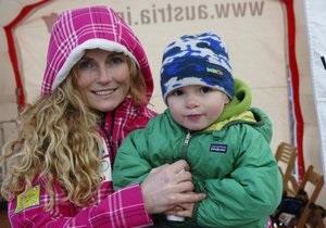 Американская горнолыжница совершила спуск в платье и с ребенком на руках
