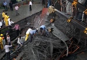 В Мумбаи обрушилась эстакада метро, есть жертвы