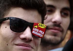 Тысячи португальцев вышли на улицы с требованиями к правительству