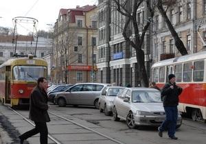 В Киеве из-за остановившегося на рельсах грузовика два часа не ходили трамваи