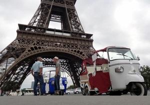 На улицах Парижа появились моторикши