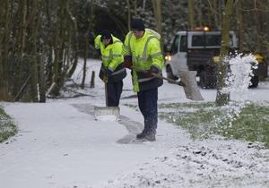 Из-за снегопадов в Великобритании закрылись сотни школ, отменены десятки международных авиарейсов