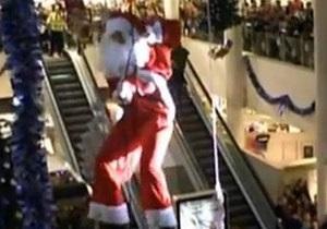 Британский Санта-Клаус из-за обвившей трос бороды полчаса провисел под потолком торгового центра