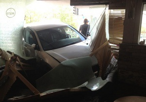 В Симферополе автомобиль въехал на террасу ресторана