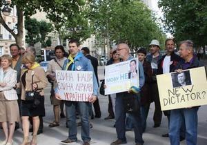 В Париже прошел пикет в защиту украинского языка