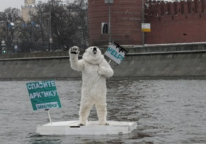 Активиста Greenpeace в костюме белого медведя задержали в ходе сплава по Москве-реке