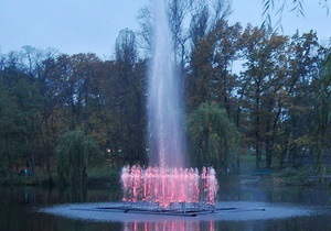 В Голосеевском парке Киева открыли плавучий светомузыкальный фонтан
