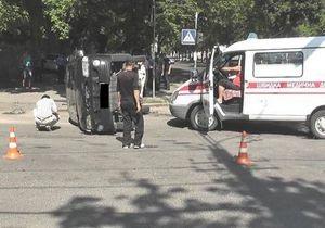 В Николаеве автомобиль, в котором перевозили подозреваемого в изнасиловании во Врадиевке, попал в ДТП и перевернулся