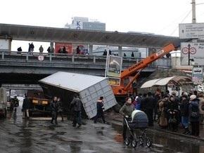 В Киеве бытовка упала на остановку
