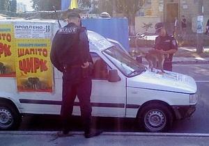 Киевская милиция спасла обезьяну, которую работники цирка привязали к автомобилю для рекламы