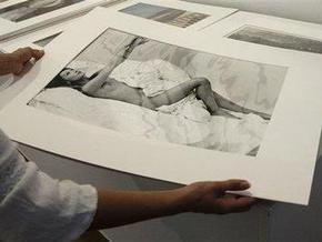 Обнаженную Карлу Бруни в постели продали с аукциона за 13 тысяч евро